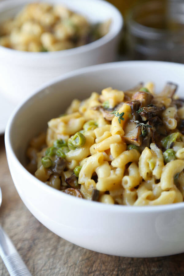 Slow Cooker Mac and Cheese Recipe - Earthy and comforting macaroni and cheese that's easy to make in a crockpot, slow cooker or rice cooker! #macandcheese #slowcooker #slowcookerpasta #kidfriendly | pickledplum.com