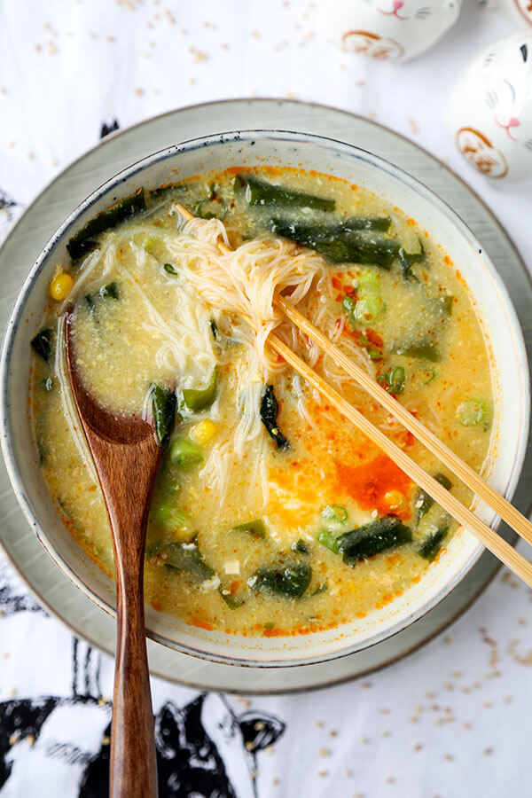 Wakame & Vermicelli Soup - This is a comforting, low caloric wakame and vermicelli soup that's perfect for those looking for healthier snack options! Ready in 10 minutes from start to finish. Recipe, soup, Japanese, healthy, snack, seaweed   pickledplum.com