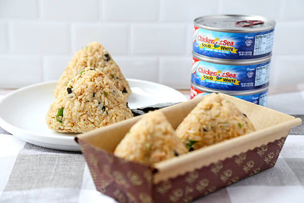 Tuna and Sesame Omusubi - Rice balls are the perfect healthy snack to take to work or for your kids to take to school. They are easy to make, are very nutritious and so delicious! Recipe, Japanese food, rice balls, snack, onigiri | pickledplum.com
