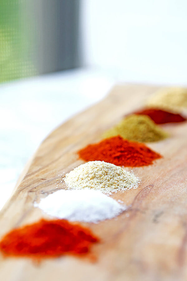 Homemade Fajita Seasoning - Make your own fajita seasoning in less than 5 minutes, using 7 spices that are most likely in your pantry! It's cheaper, healthier (no additives) and just as tasty! homemade seasoning, Mexican food recipe, fajita recipe, dry rub, fajita chicken | pickledplum.com