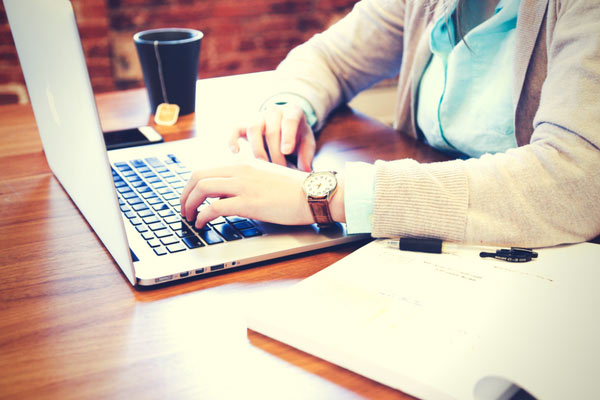 Come diventare il proprio capo - 8 modi per fare soldi senza un lavoro dalle 9 alle 5. #blogging #workfromhome #howtomakemoneyonline #startablog | pickledplum.com