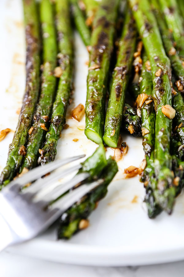Sauteed Asparagus with Garlic and Oyster Sauce - A Sauteed Asparagus With Garlic and Oyster Sauce Recipe that is packed with bold yet delicate flavors. Ready in 10 minutes! #Vegetarian #healthyeating #chinesefood #healthyrecipes | pickledplum.com