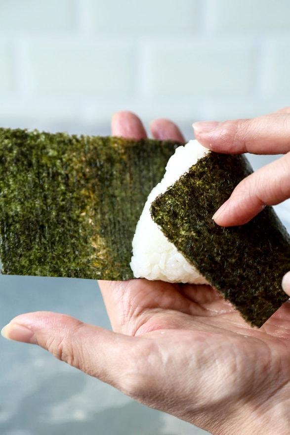 nori folding onigiri
