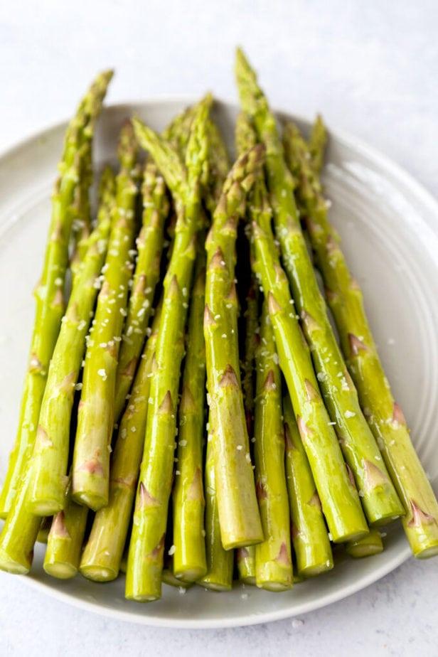 asparagus with oil and salt